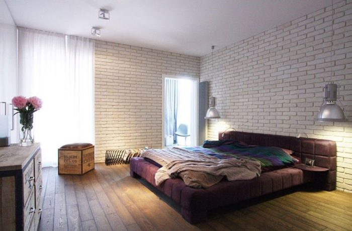 Белый декоративный кирпич в спальне