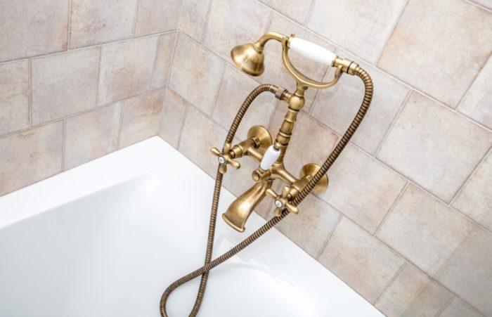 Бронзовый смеситель в дизайне ванной