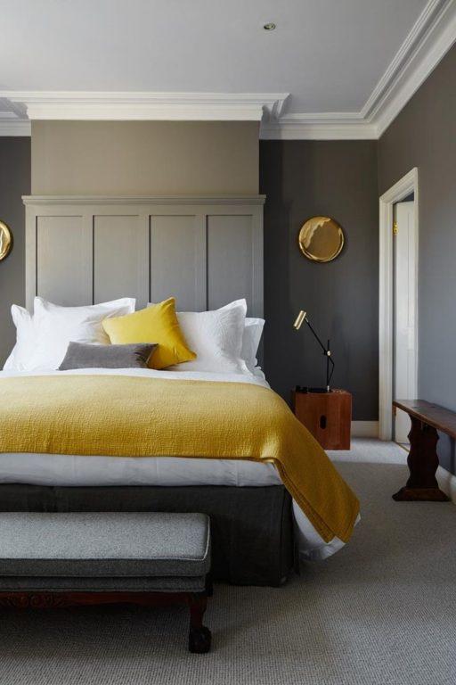 Чёрно-желтая спальня в стиле современная классика