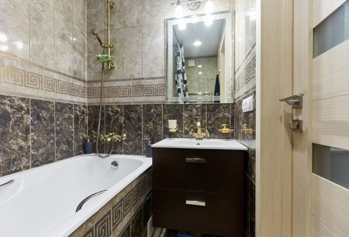 Дизайн ванной с маленькой плиткой под мрамор