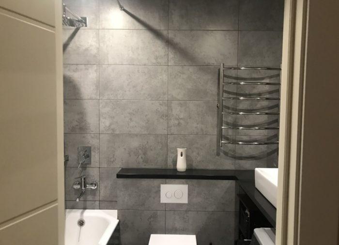 Гладкая тёмно-серая плитка под бетон