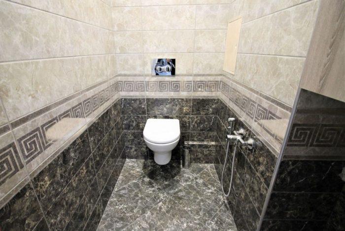 Плитка под тёмный мрамор в туалете