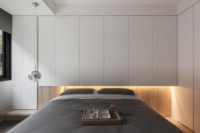 Стена с ламинатом за кроватью в спальне