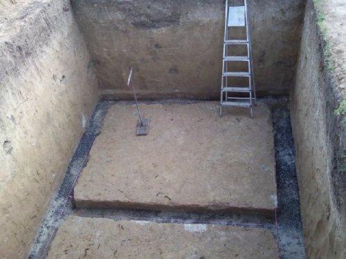Роем яму и заливаем фундамент