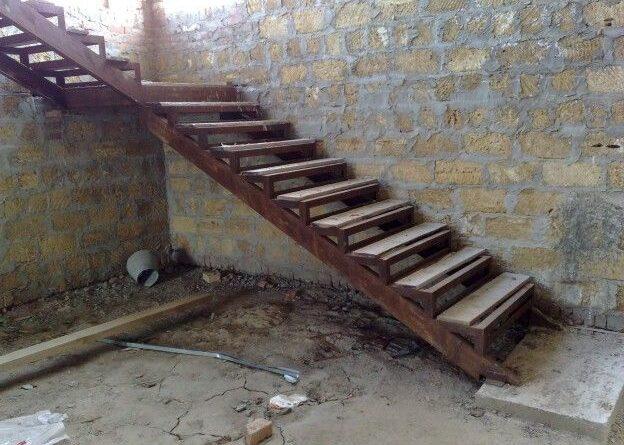 Как делается металлическая лестница в подвальное помещение