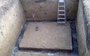 Котлован погреба, подготовленный под монтаж внутренней дренажной системы