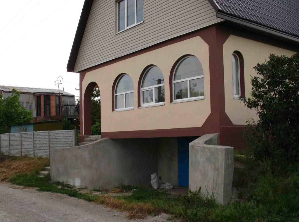 Гараж под домом на свайном фундаменте