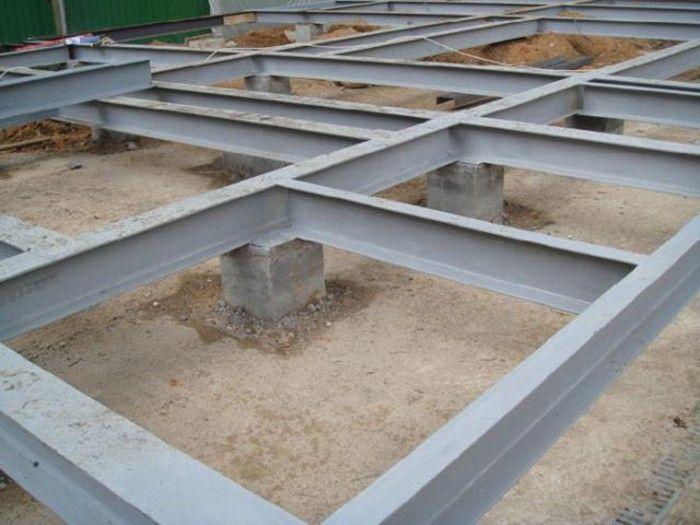 Металлический ростверк на бетонных сваях