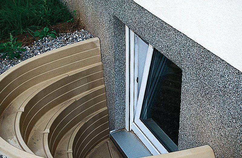 Отделка приямка для окна в подвале