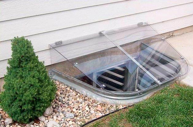 Пластиковый козырек над подвальным окном