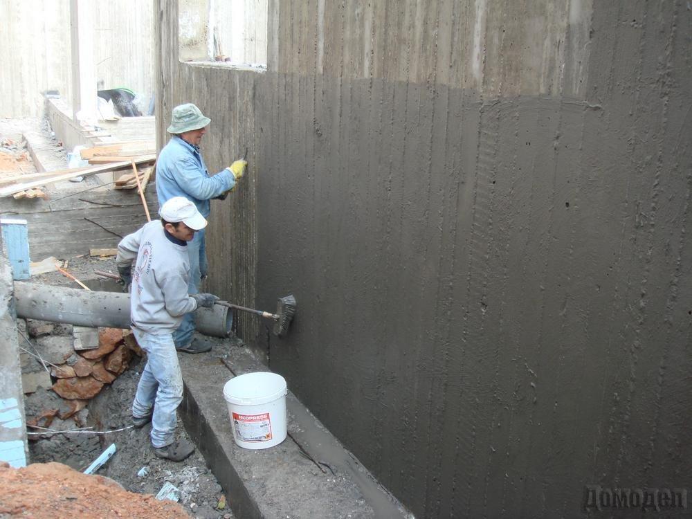 Нанесение гидроизоляционной мастики снаружи подвала