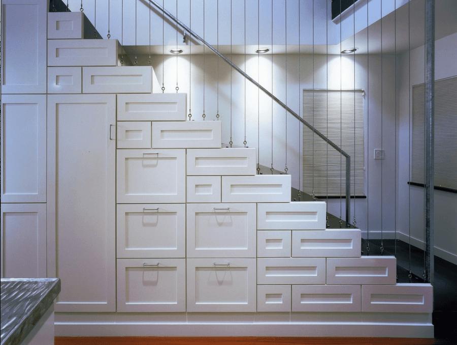 Оригинальный закрытый стеллаж под лестницей