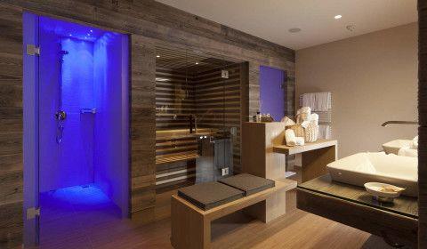 Просторная ванная комната с душевой кабиной