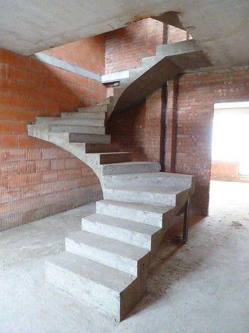 Забежная лестница из монолитного бетона