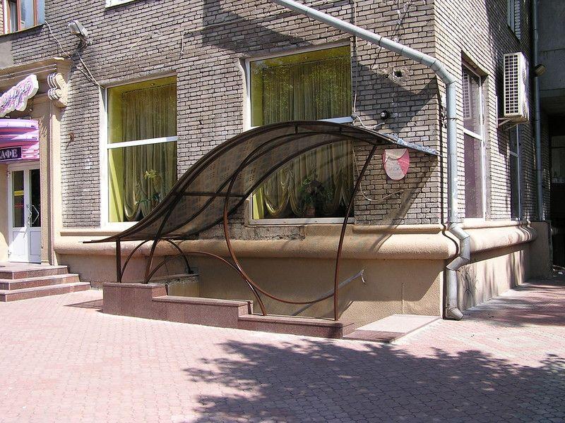 Козырьки над входом в цокольный этаж из гнутой профильной трубы и поликарбоната