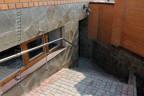 Окна и двери для цокольного этажа устанавливают в приямке
