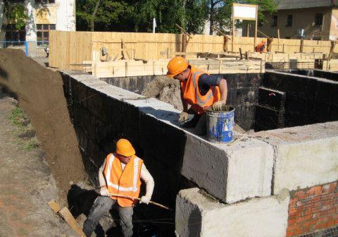 Пока с одной стороны устанавливается опалубка под армопояс, с другой стороны выполняется гидроизоляция стен