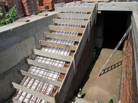 Установка опалубки на кирпичном пандусе под бетонную заливку ступеней