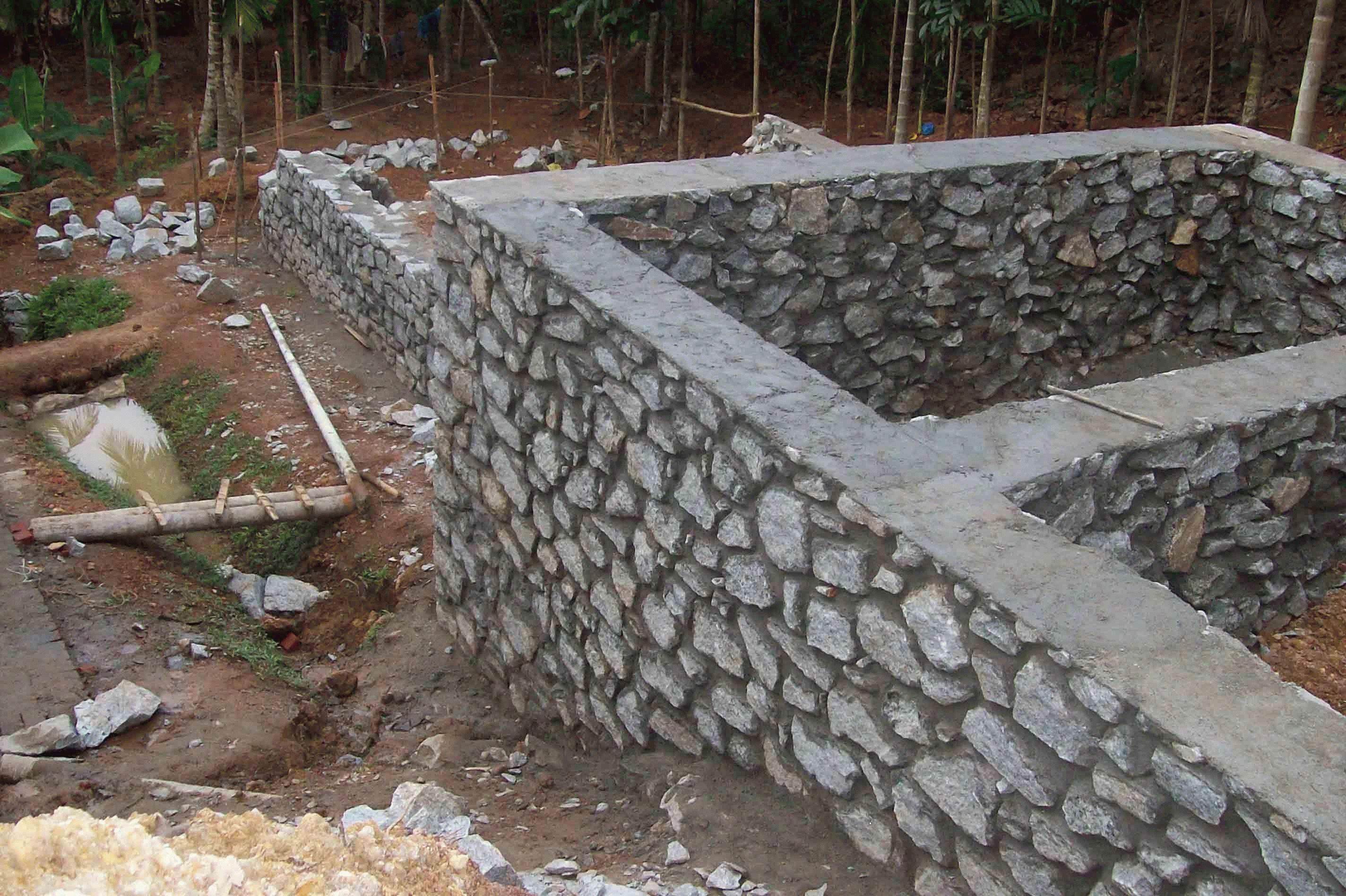 Цокольные стенки из бутового камня