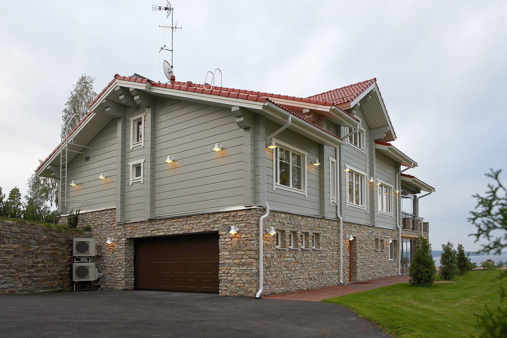 фото домов с высоким цоколем только изоленте вверху