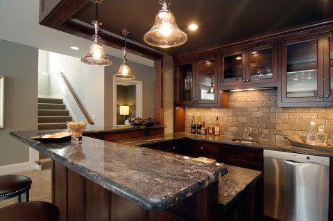 Кухня с барной стойкой и зонированным потолком неплохо смотрится и в подвале