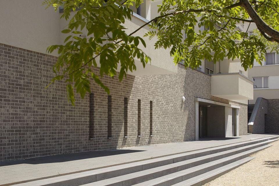 Цокольный этаж: внешняя отделка под кирпич с помощью панелей