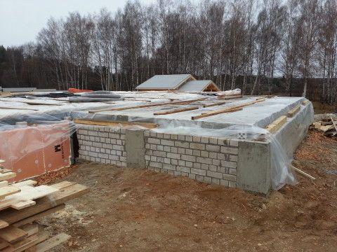 Комбинированная конструкция фундамента и цокольного этажа: стены из блоков и кирпича