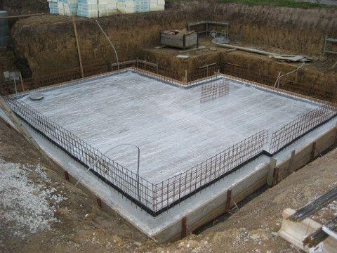 Строительство фундаментов с цокольным этажом: заглублённая монолитная плита