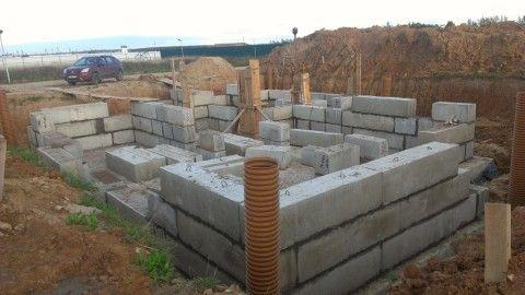 Строительство цокольного этажа и фундамента: ФБС на монолитной плите
