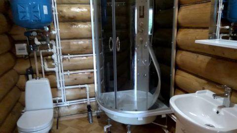Интерьер санузла на даче: водопровод и канализация проложены пластиковыми трубами
