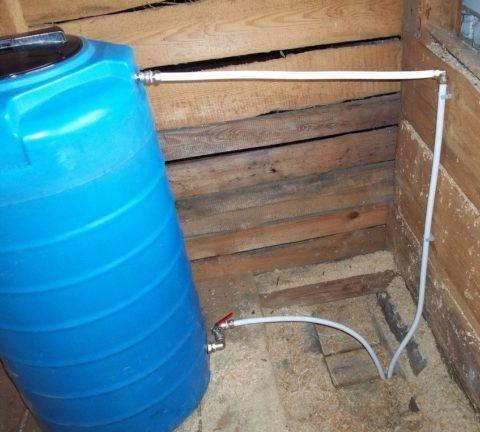Накопительный бак для воды на чердаке частного дома