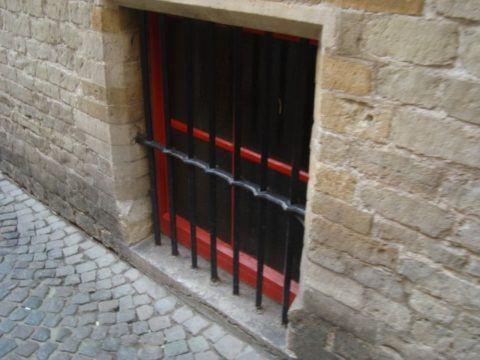 Деревянное окно с решеткой