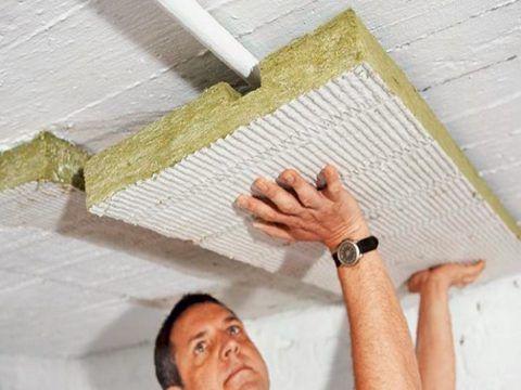 На потолке удобнее работать листовым материалом