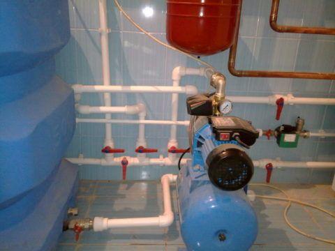 Насосная станция подает воду в водопровод из установленной в подвале емкости