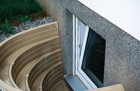 Окна ниже уровня грунта