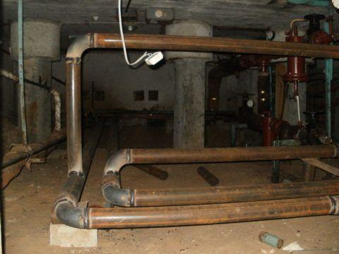 Плановая замена труб горячего водоснабжения в подвале многоквартирного дома