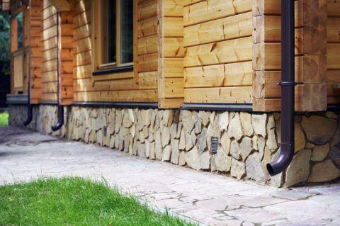 Утепление цоколя может сделать дом не только теплее, но и добавить ему неповторимой индивидуальности