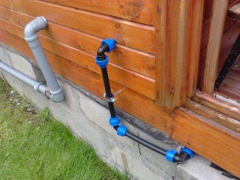 Вода заведена в дачный дом полиэтиленовой трубой