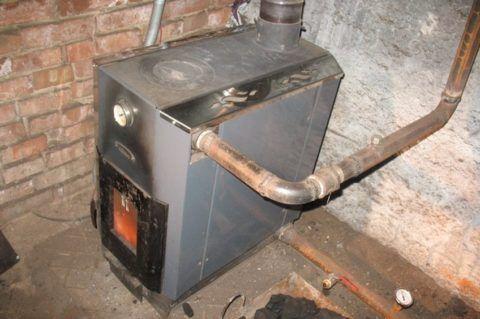На фото — оснащенная теплообменником печь в цокольном этаже коттеджа