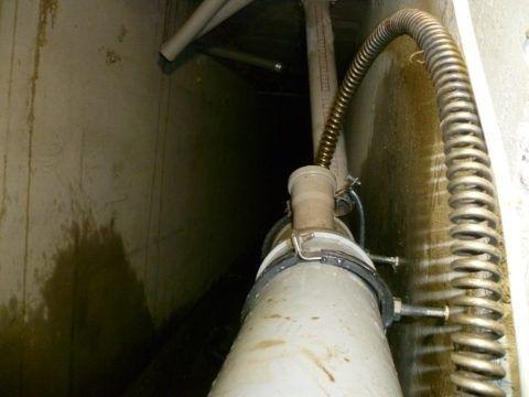 Прочистка пластиковой лежневки канализационным тросом