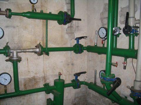 Сбросник из системы отопления (справа)