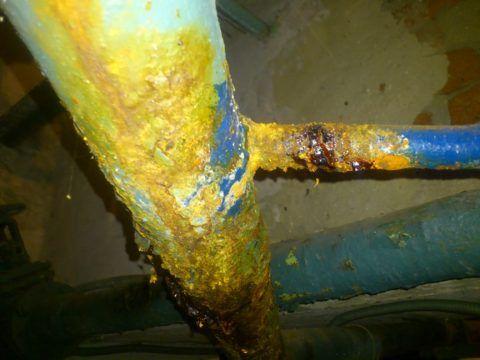 Свищ на отводе стояка от розлива ХВС