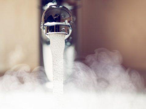 До нагрева воды в тупиковой системе ГВС ее приходится долго сливать