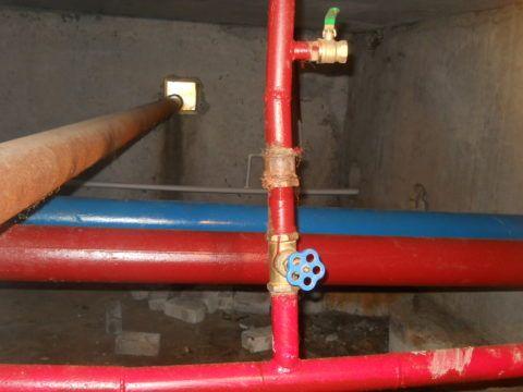 На циркуляционную схему горячего водоснабжения указывает наличие двух розливов ГВС в подвале