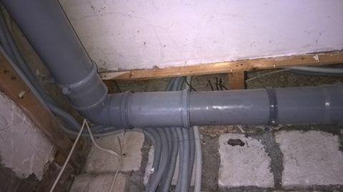 При невозможности полного демонтажа труб лежневки для ремонта используется компенсатор