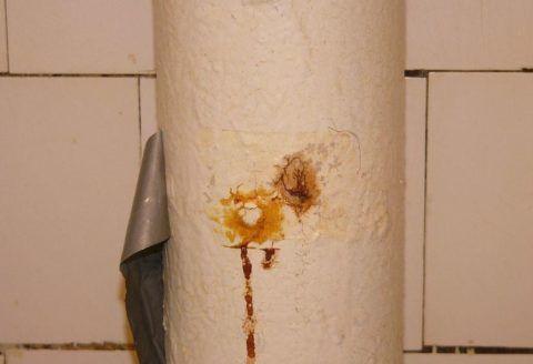 Резиновый бандаж на сквозном свище чугунного стояка