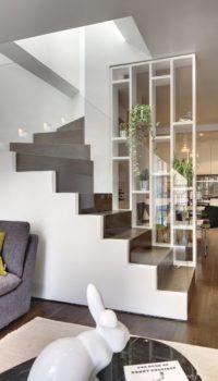 Совмещение лестницы на второй этаж и стеллажа