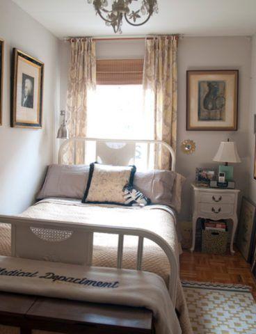 Спальня в центре дома