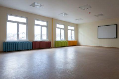 Зал в детском саду: низкая температура батарей компенсируется их количеством