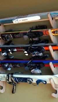 Горизонтальное хранение лыж в прихожей